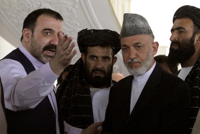 Ahmed Wali Karzai (izquierda), junto a su hermano, el presidente Hamid Karzai, en 2010 en Argandab (provincia de Kandahar).