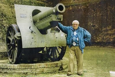 Francisco Lucas Sansón, testigo del 18 de julio, junto a una pieza de artillería como las que bombardearon Madrid.