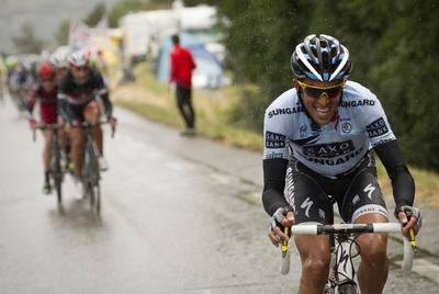 Contador abre distancia con el grupo perseguidor en su ataque en el ascenso al col de Bayard.