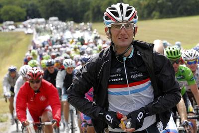 Frank Schleck, ante el pelotón del Tour.