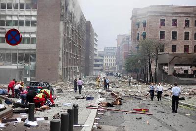 Los equipos de emergencia atienden a los heridos tras la explosión de una bomba cerca de varios edificios gubernamentales, ayer en el centro de Oslo.