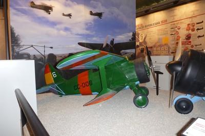 Maqueta de un Polikarpov I.16, chato. A la derecha, el morro de un Polikarpov I-15, mosca.