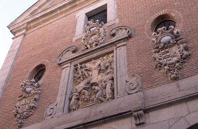 La iglesia conventual está decorada con un relieve tallado en piedra caliza.