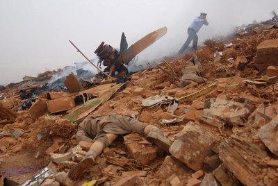 Un cuerpo yace entre los restos del fuselaje del Hércules siniestrado ayer cerca de Guelmin.