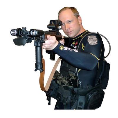 Anders Behring Breivik se fotografió a sí mismo disfrazado de combatiente.