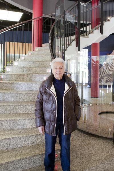 María Wonenburger, en la escalera de la Casa das Ciencias de A Coruña.