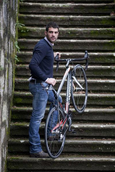 Óscar Pereiro, con su bicicleta en una escalera del parque de O Castro, en Vigo.