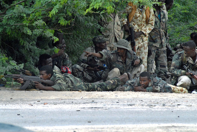 Soldados gubernamentales toman posiciones cerca del estadio de Mogadiscio durante un combate con milicianos de Al Shabab.