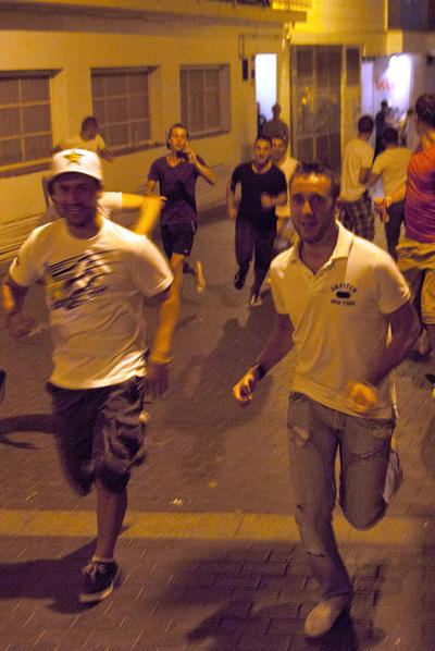 Un grupo de turistas huye de la policía en Lloret.