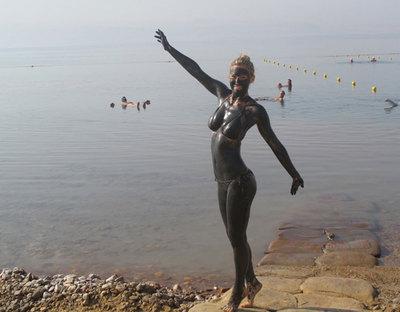 Bar Refaeli: vacaciones pasadas por barro