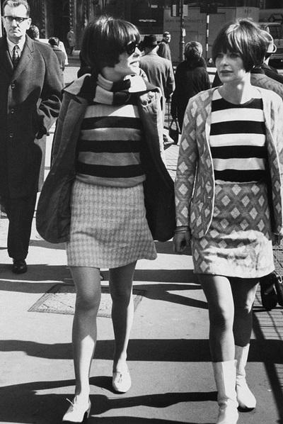 Dos muchachas en el Londres de los años sesenta.