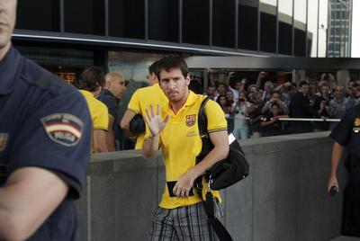 Messi saluda a su llegada al hotel barcelonista en  Madrid.