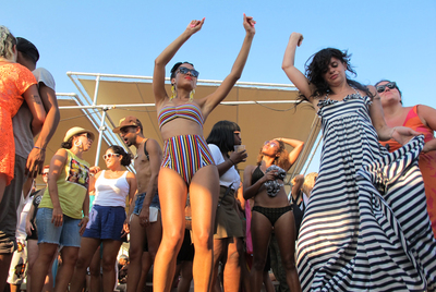 Fiesta en Rockaway Beach, la playa a la que cantaron The Ramones.
