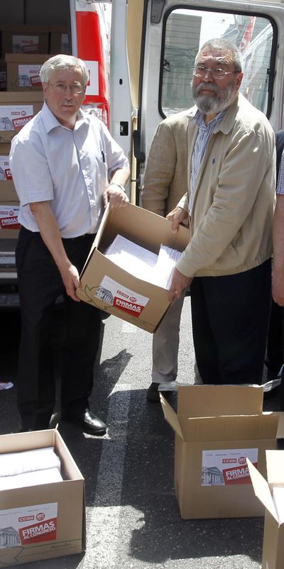 Méndez y Toxo entregan en el Congreso las firmas contra la reforma laboral el pasado junio.