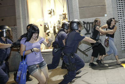 La policía carga contra manifestantes laicos en la calle de Carretas de Madrid, anoche.