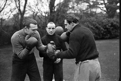 Adrian (izquierda) y Denis, hijos de Arthur Conan Doyle, practican boxeo en 1936.