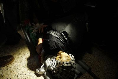 Una mujer palestina abraza el cadáver de un adolescente muerto durante los bombardeos en Gaza.