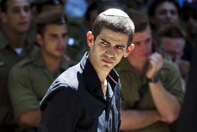 Amigos y familiares asisten al funeral de un militar israelí fallecido el jueves.