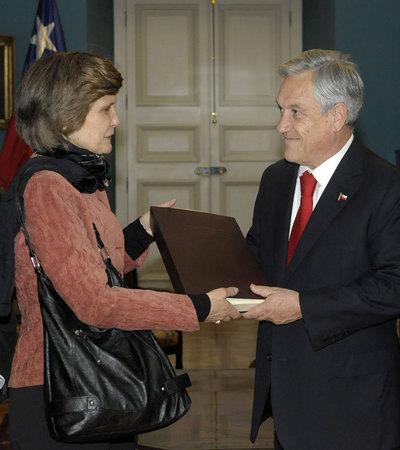 La presidenta de la Comisión Valech, María Luisa Sepúlveda, entrega al presidente chileno, Sebastián Piñera, la segunda versión de un informe sobre violaciones de derechos humanos durante la dictadura.