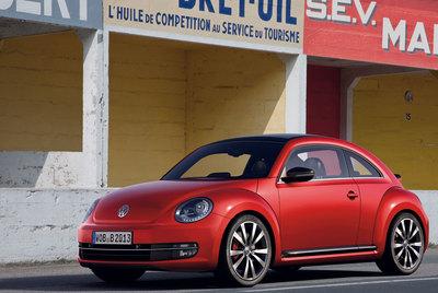 Más grande que el actual, el Beetle 2011 presenta una línea casi de cupé y se ofrecerá con dos acabados: Design y Sport (en la fotografía).