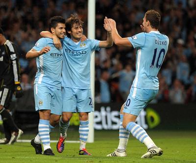 Agüero celebra la semana pasada, junto a Silva y Dzeko, su primer gol como jugador del Manchester City.