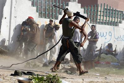 Enfrentamiento entre insurgentes y francotiradores leales a Muamar el Gadafi en el complejo presidencial de Bab el Azizia, ayer en Trípoli.