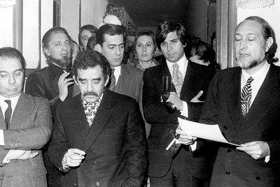 De izquierda a derecha: Juan García Hortelano, Carlos Barral, Gabriel García Márquez, Mario Vargas Llosa, Isabel Mirete, Salvador Clotas y José María Castellet, miembros del jurado del Premio Biblioteca Breve de Novela de 1970, declarado desierto.