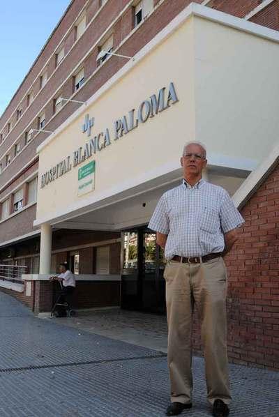 José Ramón Páez en el hospital donde permanece su madre.