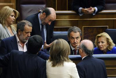 Alfredo Pérez Rubalcaba dialoga con Cristóbal Montoro en presencia del presidente Zapatero, la vicepresidenta Salgado y otros diputados.