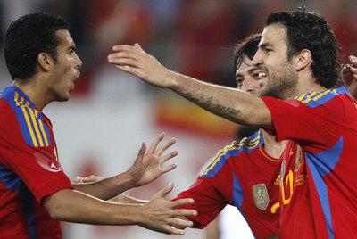 Cesc celebra con Pedro y Silva el segundo gol de España a Chile.