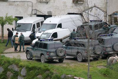 La Guardia Civil registra el caserío de Legorreta (Gipuzkoa) donde fue hallada una gran cantidad de explosivos el pasado abril.