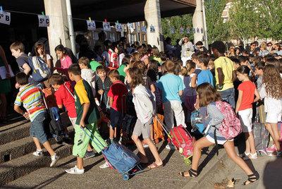 Alumnos de un colegio de Logroño, a su llegada ayer al centro en el inicio del curso escolar.