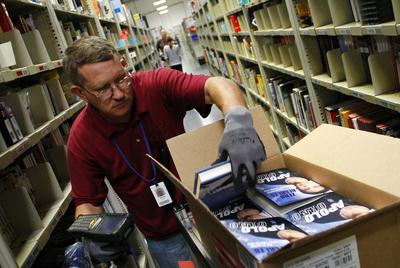 El éxito de Amazon está en que fideliza a sus clientes. En la imagen, un empleado de la firma en Arizona.