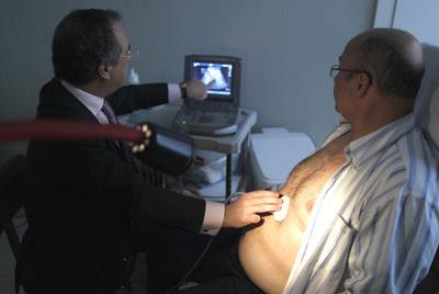 El médico Adelardo Caballero pasa consulta a Enrique Lucini, operado para adelgazar.