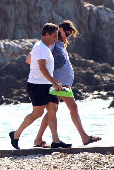 Nicolas Sarkozy pasea junto a su esposa, Carla Bruni.