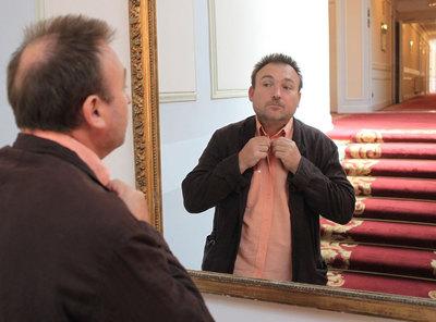 Miquel Barceló, ayer en los pasillos de un hotel de San Sebastián, preparándose para el estreno de  El cuaderno de barro.