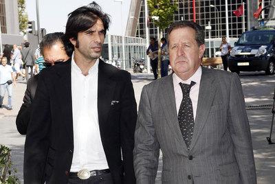 Javier Conde, yerno de Morente, ayer con su abogado.