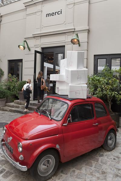 La tienda de moda y diseño Merci, en Le Marais, tiene como mascota un Fiat 500 rojo al que adornan dependiendo de la temporada.