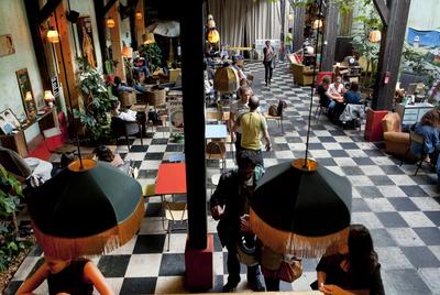 En Comptoir Generale, un espacio centrado en la concienciación medioambiental, se puede escuchar una conferencia o tomar un cóctel.
