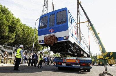 Empleados del Metro, en el traslado de los vagones.