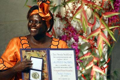 Wangari Maathai, durante la ceremonia de la entrega del Nobel de la Paz, en 2004.