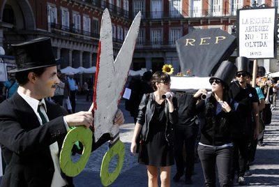 Actuación en la plaza Mayor contra los recortes en la enseñanza.
