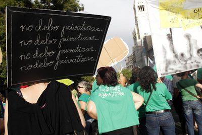 Concentración de profesores frente a la sede de Educación el pasado martes.
