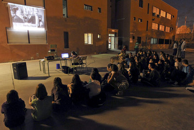 Los asistentes observan una proyección durante el encierro anoche en el instituto Mirasierra.