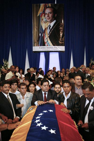 Seguidores de Carlos Andrés Pérez, junto a su ataúd, en Caracas.