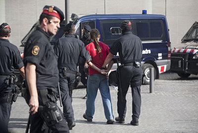 Los antidisturbios se llevan esposado a uno de los indignados en Barcelona.