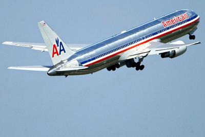 Un avión de American Airlines sale del aeropuerto de Fráncfort.