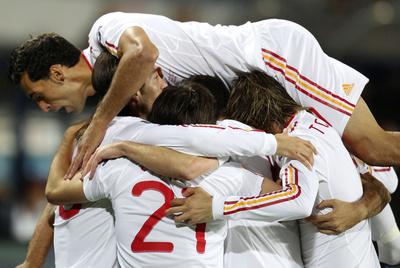 Arbeloa salta sobre sus compañeros para celebrar uno de los goles de España.