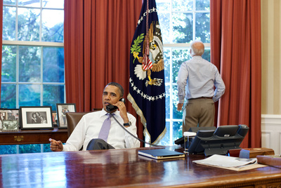 Imagen distribuida por la Casa Blanca de Obama y el vicepresidente Joe Biden en el Despacho Oval.