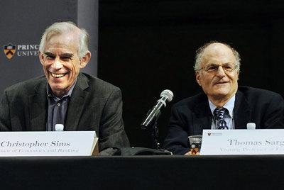Los catedráticos Christopher A. Sims y Thomas J. Sargent, ayer en su comparecencia tras recibir el Nobel de Economía.